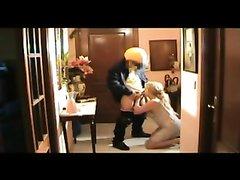 Скрытая камера сняла любительское порно зрелой блондинки и нежданного гостя