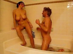 Влюблённая пара отправилась в ванную для необузданного домашнего секса
