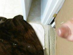 В интимном видео дама мастурбирует член соседа, торчащий из дырочки в стене