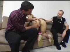 Нимфоманка с круглой попой в любительском порно трахается с двумя незнакомцами