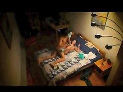 За домашним сексом женатой пары поздним вечером подглядывают через скрытую камеру
