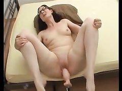 Леди с маленькими сиськами для оргазма использует машину с секс игрушкой