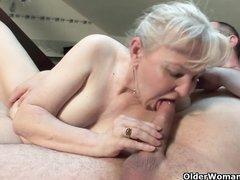 Молодой пижон и зрелая седовласая блондинка жаждут домашнего секса с минетом