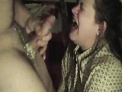 Дама делает жёсткий минет с глубокой глоткой и давится членом в домашнем порно