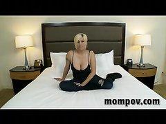 Грудастая зрелая блондинка в домашнем порно сосёт и трахается в гладкую киску