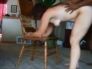 Негр в домашнем видео умело трахает белую развратницу с маленькими сиськами