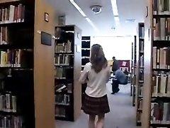Студентка после библиотеки в соло сцене для видео сделала домашнюю мастурбацию