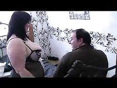 Зрелая пара озабоченных толстяков в постели ловит удовольствие от домашнего секса