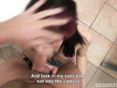 На анальном порно кастинге модель с бритой киской сделала глубокую глотку