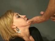 Покорная блондинка в любительском порно делает грубую глубокую глотку