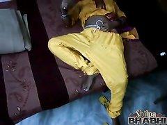 Индийская зрелая леди в домашнем видео со скрытой камеры дрочит клитор