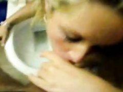 Блондинка в любительском видео от первого лица сосёт член программиста