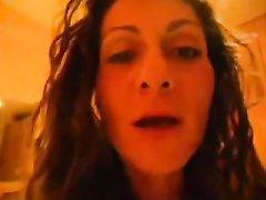 Зрелая итальянка в любительском порно от первого лица виртуозно берёт член в рот