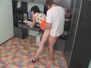 Молодая сотрудница не против домашнего секса с коллегой на рабочем месте в офисе