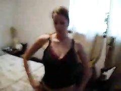 Красотка в нижнем белье и чулках танцует онлайн стриптиз напортив вебкамеры