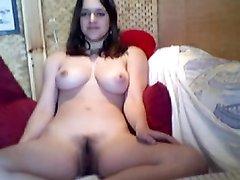 В домашнем порно модель с идеальными сиськами перед вебкамерой разделась
