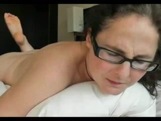 Очкастая женщина в любительском видео стонет от приятной мастурбации