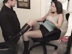 В домашнем порно с женским доминированием мужик лижет клитор госпоже в колготках
