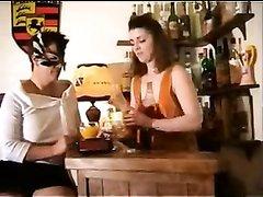 Молодая краля в лесбийском видео лижет волосатую киску зрелой подруге