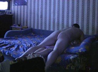 В любительском анальном порно брюнетку с вибратором в киске трахает в попу мужик