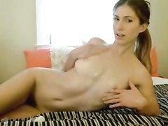 Красивая леди показала на вебкамеру онлайн стриптиз, чтобы показать голую фигуру
