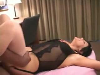 Зрелая брюнетка в домашнем порно стонет от чёрного члена ненасытного негра