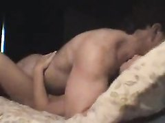 Умелая азиатка в домашнем порно прыгает на члене, а устав мастурбирует ствол рукой