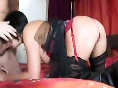 Зрелая парижанка в любительском видео на карачках жадно берёт в рот член