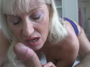Фигуристая и зрелая блондинка с бритой щелью нуждается в любительском сексе