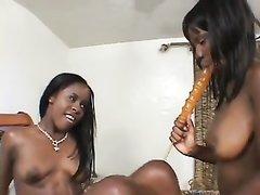 Фигуристые негритянки используют секс игрушки для лесбийского интима
