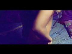 В видео смуглая развратница снимает нижнее бельё и демонстрирует дырки