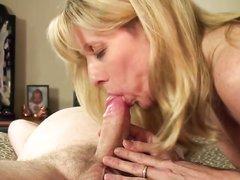 Мужик в домашнем видео трахает зрелую с красивыми сиськами блондинку и кончает внутрь