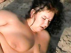 Толстая брюнетка не отказалась от любительского секса с незнакомцем на берегу пруда