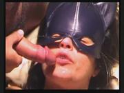 Упитанная женщина в маске в домашнем порно сосёт член и трахается в киску