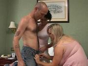 Жирная блондинка с огромными сиськами в любительском порно трахается с супружеской парой