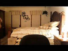 В домашнем видео за зрелой женщиной подглядывает озабоченный поклонник