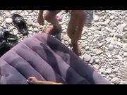 Групповое любительское порно снятое на пляже с двумя перцами и зрелой дамой