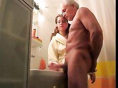 Молодая кокетка в халате дрочит член зрелого сожителя в интимном видео