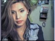 Симпатичная азиатка снимает трусики онлайн и дрочит киску на вебкамеру