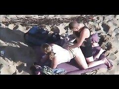 Скрытая камера снова на безлюдном пляже снимает секс с беспечной парой
