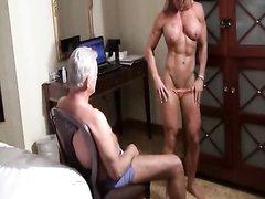 Фигурная и мускулистая блондинка в домашнем порно возбуждает зрелого партнёра