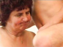 Зрелая толстуха с волосатой промежностью для домашнего секса вызвала молодого парня