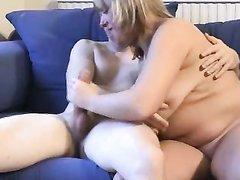 Полная и зрелая британка встретила достойного партнёра для любительского секса
