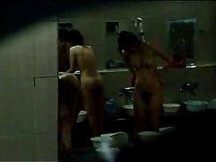 Азиатское видео с подглядыванием за голыми корейскими красотками в ванной