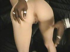 Негр натянул на член белую кралю с маленькими сиськами, попросившую домашний секс