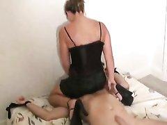 Домашнее видео с женским доминированием от госпожи севшей голой попой на лицо парня