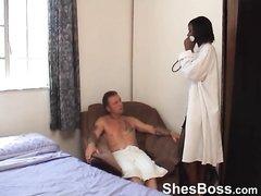 Негритянка чаще сидит на лице белого парня в домашнем видео с женским доминированием