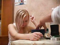 Домашний секс с пьяной русской блондинкой на кухне протекал по разному