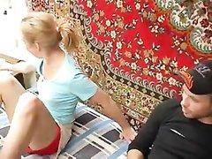 Похотливая блондинка в групповом домашнем видео дрочит киску и сосёт два члена