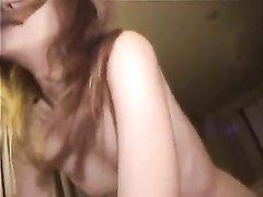Худая японка в любительском видео берёт в рот член и получает его внутрь